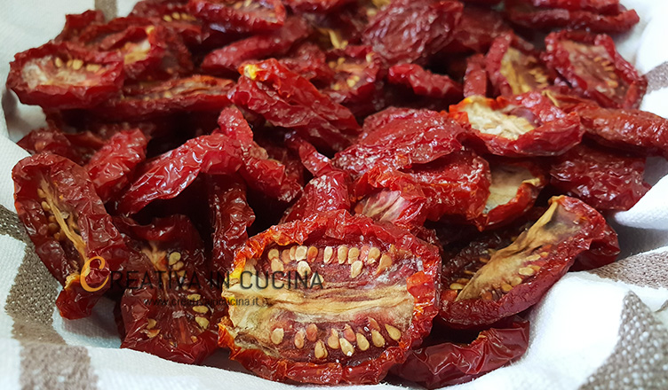 Pomodori secchi sott'olio fatti in casa con metodo naturale ricetta di Creativaincucina