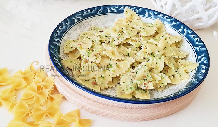 Farfalle con pesto di zucchine e mandorle ricetta di Creativaincucina