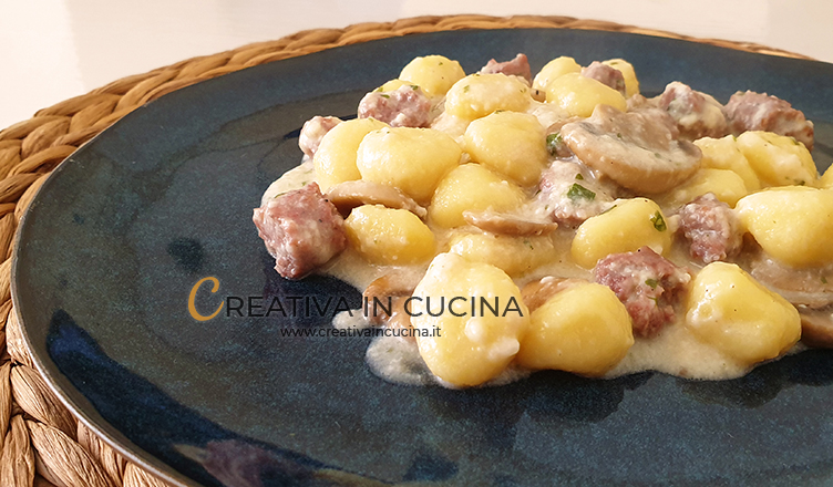 Gnocchi di patate con taleggio, funghi e salsiccia ricetta di Creativa in cucina